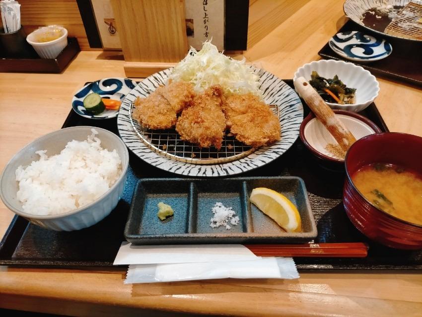 オープンキッチンで贅沢なとんかつ  箱崎 井のかわず