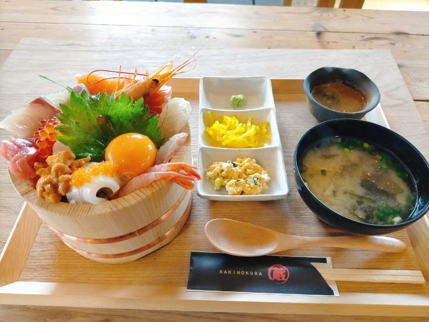 桶スタイルで提供される、ウニやイクラなど約10種類以上入った「天国丼」!牡蠣の蔵