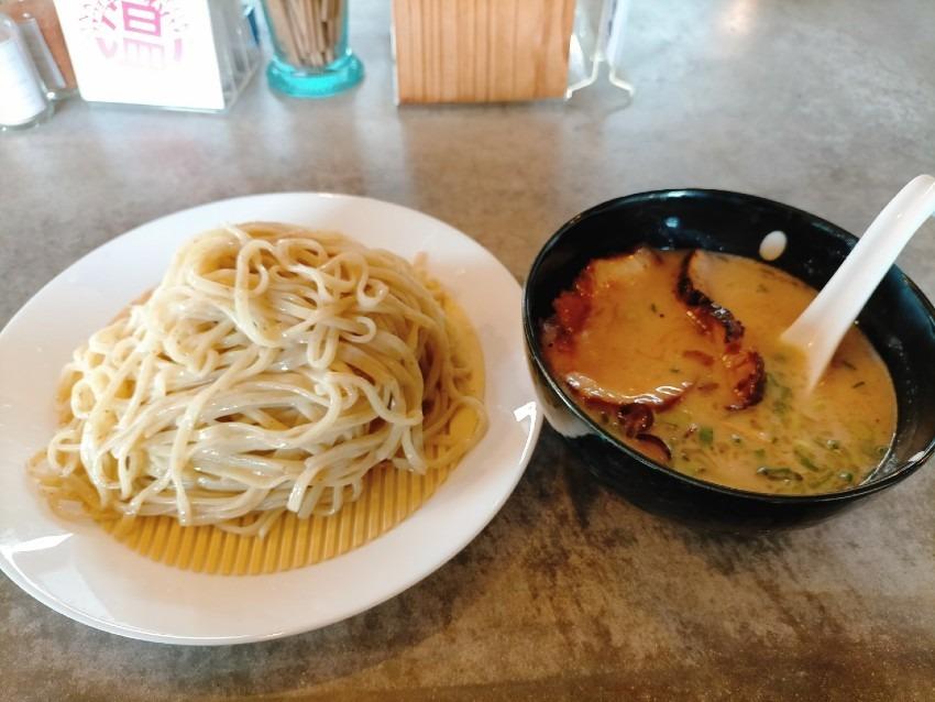 お洒落な外観でカフェもやっており、筑豊では珍しい魚介と豚骨の融合スープを味わえる!ラーメン・カフェ・ダイニング 温(ATAKA)
