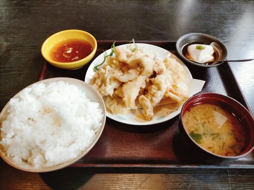 サクッとジューシーで旨味がギュッと詰まった薄衣のとり天定食!旬菜・鍋・魚介 独楽