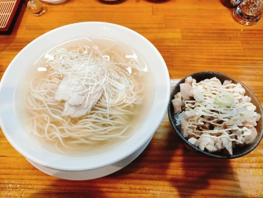 クリアなスープに具材がシンプルながら洗練された幻らー麺!麺や道(めんやみち)