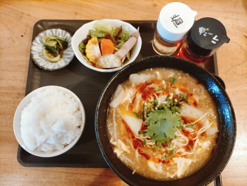 これからの時期にぴったりな酸味の効いた酸辣湯麺 (スーラータン麺)!彩食屋 CHIKU CHIKU(チクチク)