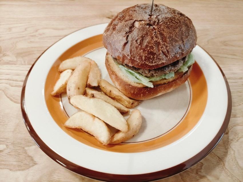 肉肉しい粗挽きパテとカリッとしたバンズのハンバーガーが癖になる美味しさ!burger & hangout ツムジヤ