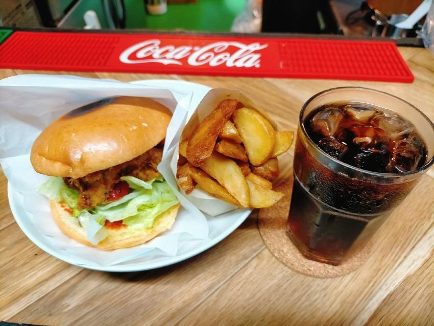 サワラの旨味がギュっと詰まったボリューム満点のハンバーガー!カスタムスナックバー