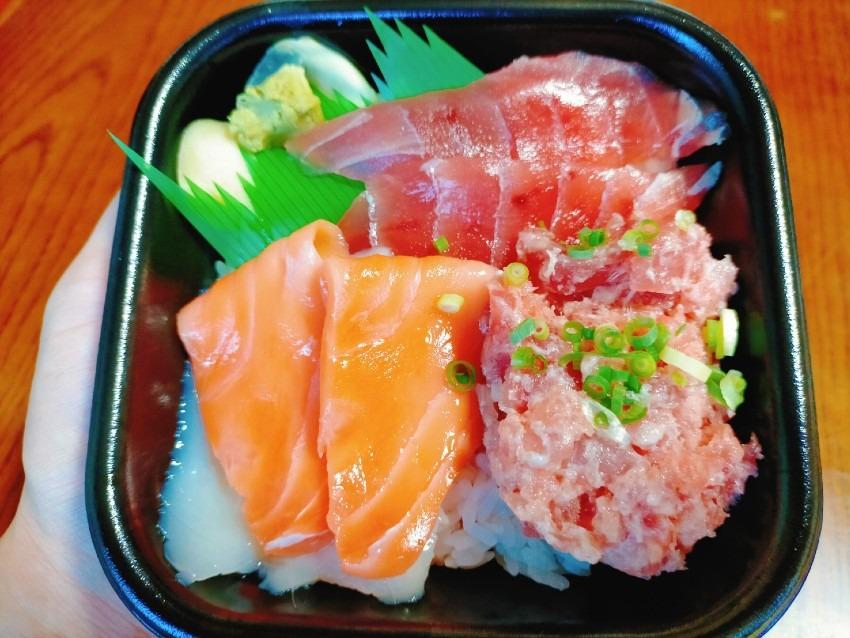 お値段均一の600円で全34種類から海鮮丼を選べる!情熱丼丸てっちゃん折尾店