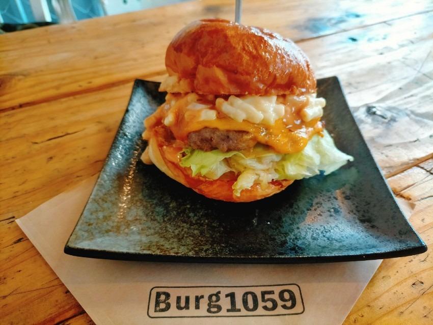 とろ~り濃厚チーズに肉肉しい食感のお肉のチーズバーガー!Burg(バーグ)1059